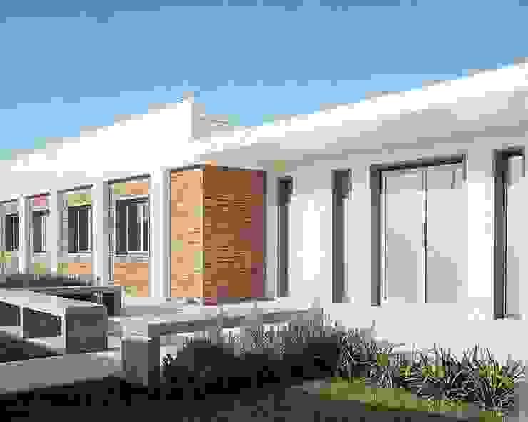 MORADIA SARILHOS GRANDES: Casas  por Artica by CSS,Moderno