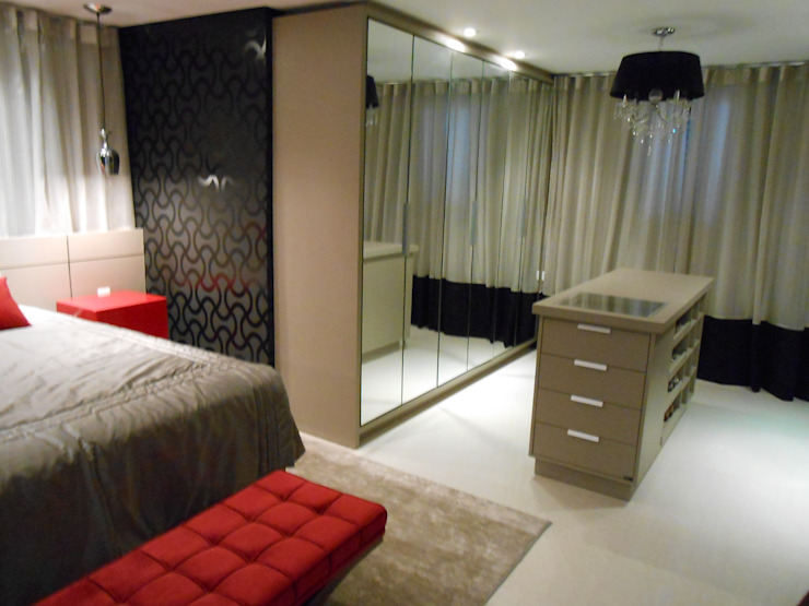 closet suíte master - vermelho, preto, branco, cinza e bege Modern style bedroom by Mariana Von Kruger Modern