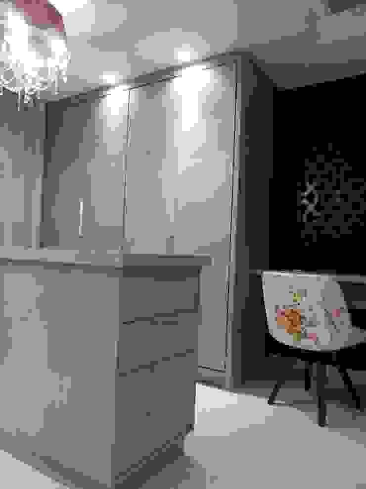closet suíte master - vermelho, preto, branco, cinza e bege Modern dressing room by Mariana Von Kruger Modern