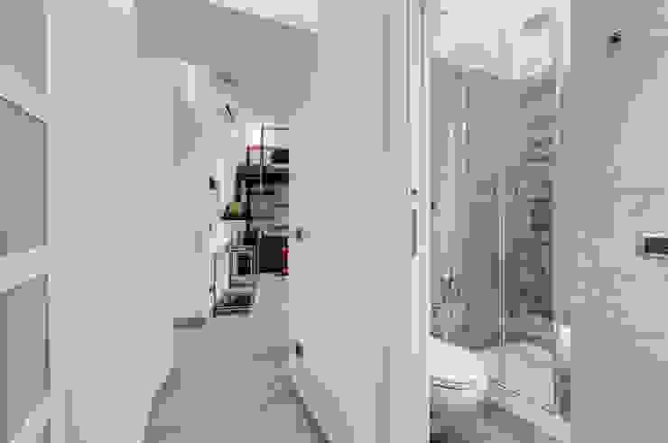 Pasillos, vestíbulos y escaleras de estilo moderno de Luca Tranquilli - Fotografo Moderno