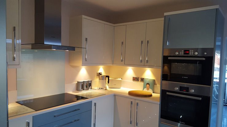 Blue & Cream Gloss Kitchen, Aberdare, South Wales Hitchings & Thomas Ltd Cuisine moderne Bleu