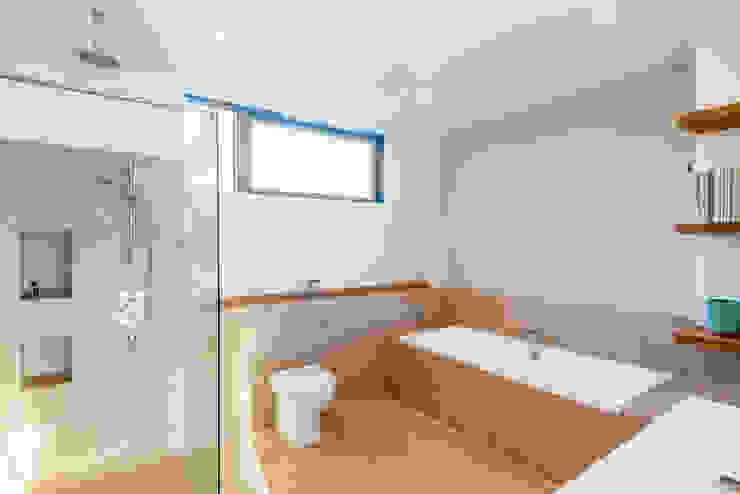 Solid House, North Berwick Nowoczesna łazienka od Chris Humphreys Photography Ltd Nowoczesny