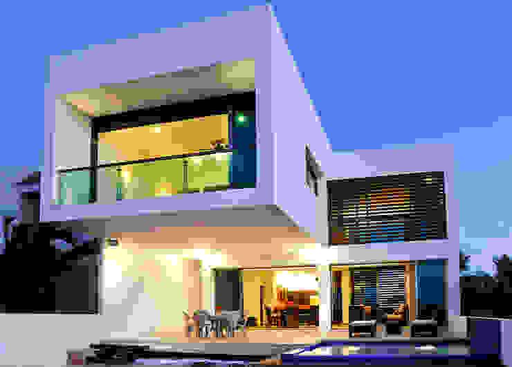 Balcones y terrazas modernos de LIZZIE VALENCIA arquitectura & diseño Moderno