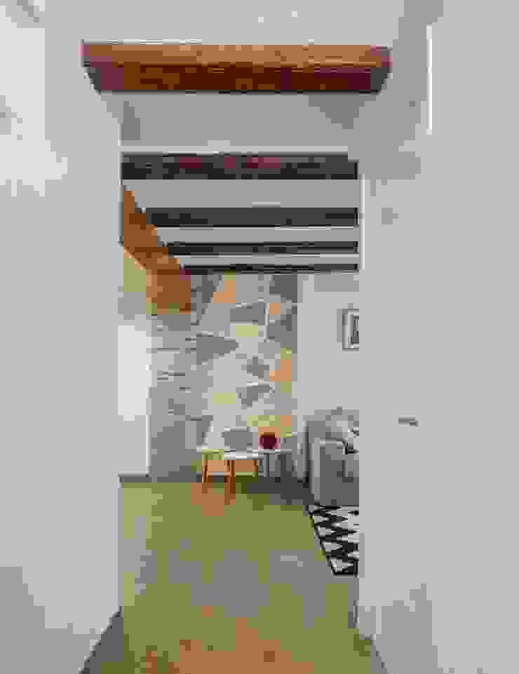 Hành lang, sảnh & cầu thang phong cách mộc mạc bởi LLIBERÓS SALVADOR Arquitectos Mộc mạc
