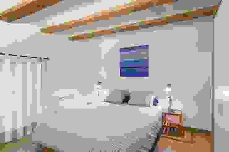 Phòng ngủ phong cách mộc mạc bởi LLIBERÓS SALVADOR Arquitectos Mộc mạc