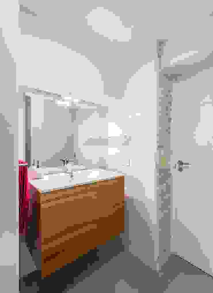 Phòng tắm phong cách mộc mạc bởi LLIBERÓS SALVADOR Arquitectos Mộc mạc