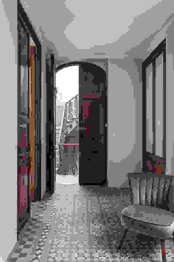 Vestíbulo LLIBERÓS SALVADOR Arquitectos Pasillos, vestíbulos y escaleras de estilo ecléctico