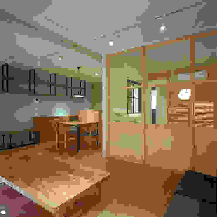 TO-YO-CHO Renovation モダンデザインの リビング の AIDAHO Inc. モダン