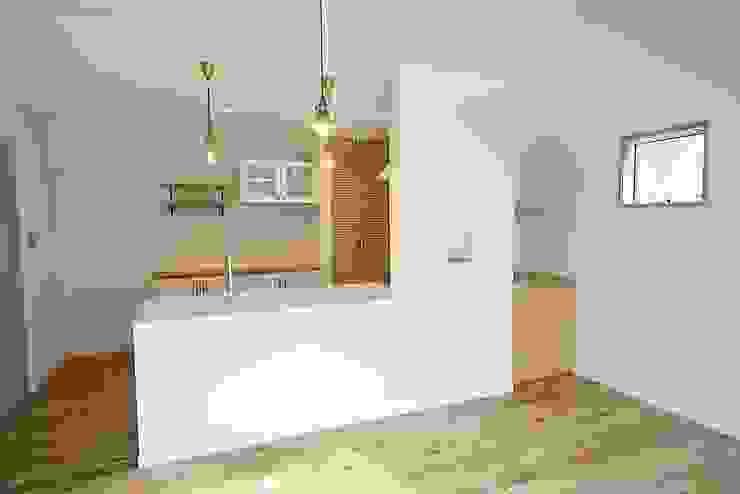 白のタイルカウンターが爽やかなキッチン カントリーデザインの キッチン の 株式会社コリーナ カントリー
