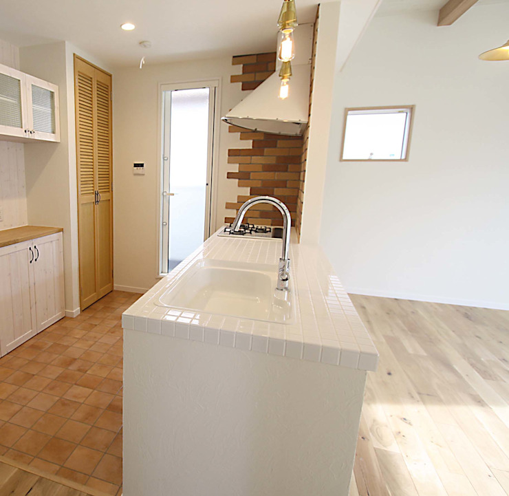 白のタイルカウンターが爽やかなキッチン カントリーデザインの キッチン の 株式会社コリーナ カントリー タイル