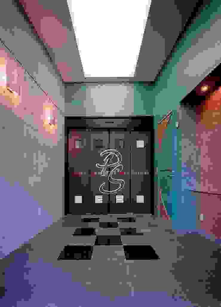 ドア: 株式会社 t2・アーキテクトデザイン 一級建築士事務所が手掛けた折衷的なです。,オリジナル 木 木目調