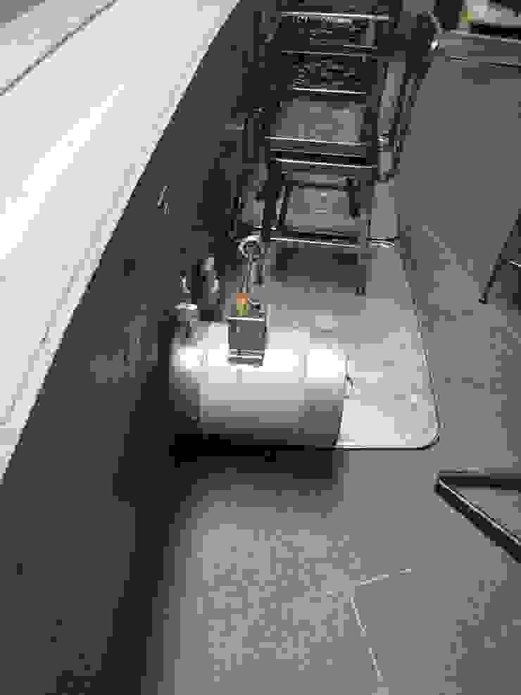 電気器具: 株式会社 t2・アーキテクトデザイン 一級建築士事務所が手掛けた折衷的なです。,オリジナル 木 木目調