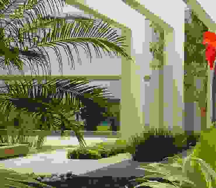 Vestíbulo de acceso con jardineras y espejo de agua Jardines minimalistas de EcoEntorno Paisajismo Urbano Minimalista
