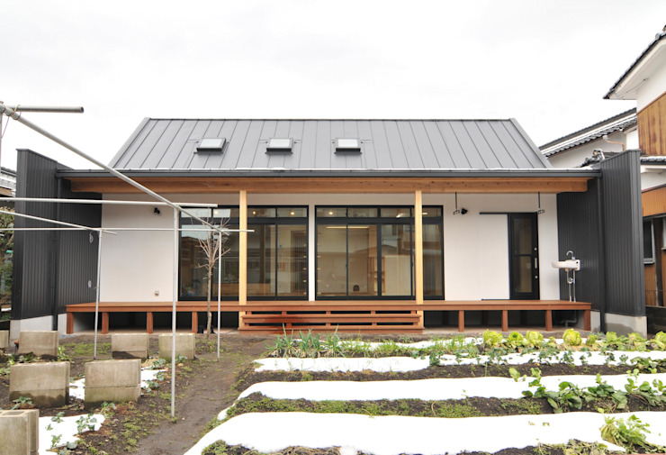 Eclectic style houses by 株式会社PLUS CASA Eclectic