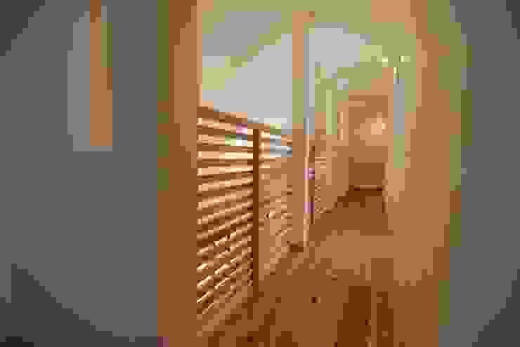 Eclectic corridor, hallway & stairs by 株式会社PLUS CASA Eclectic