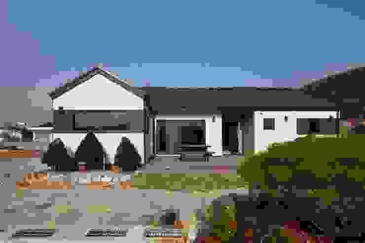 Casas modernas por 윤성하우징 Moderno