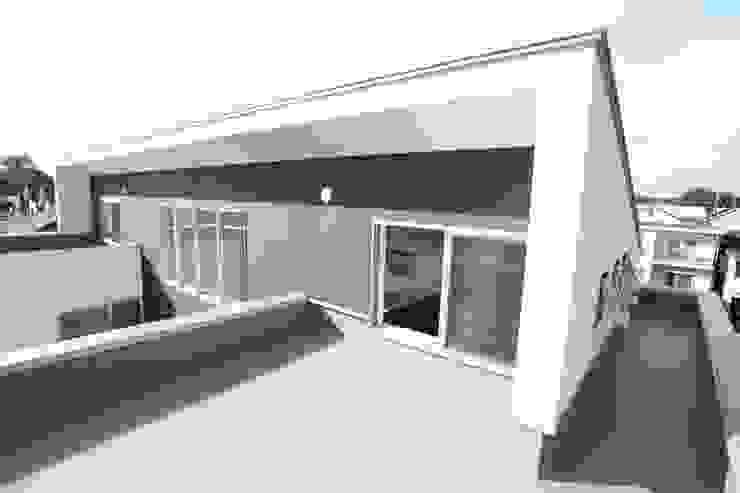 屋根 モダンな 家 の 株式会社 t2・アーキテクトデザイン 一級建築士事務所 モダン 木 木目調
