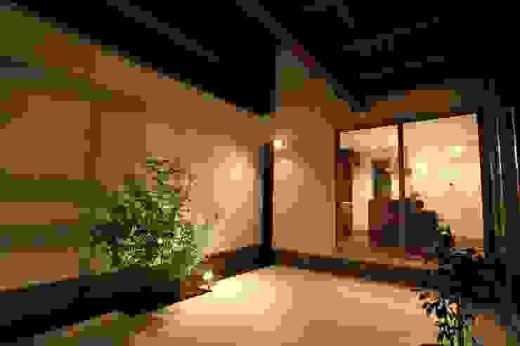 中庭 モダンな庭 の 株式会社 t2・アーキテクトデザイン 一級建築士事務所 モダン 木 木目調