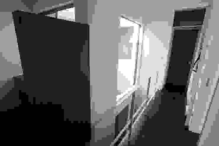 2階廊下 モダンスタイルの 玄関&廊下&階段 の 株式会社 t2・アーキテクトデザイン 一級建築士事務所 モダン 木 木目調