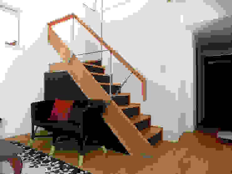 リビングのデザイン階段 オリジナルスタイルの 玄関&廊下&階段 の 株式会社SOM(ソム)建築計画研究所 オリジナル