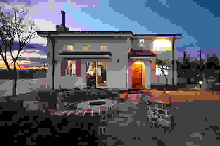 Casas de estilo mediterráneo de 윤성하우징 Mediterráneo