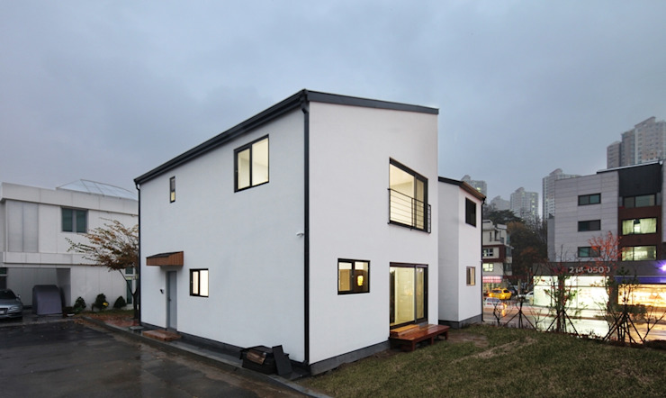 Maisons modernes par 윤성하우징 Moderne