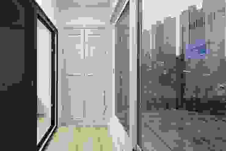 Balcon, Veranda & Terrasse modernes par 윤성하우징 Moderne