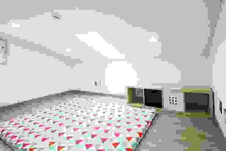Dormitorios infantiles de estilo mediterráneo de 윤성하우징 Mediterráneo