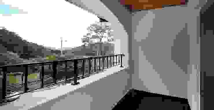 Balcones y terrazas de estilo mediterráneo de 윤성하우징 Mediterráneo