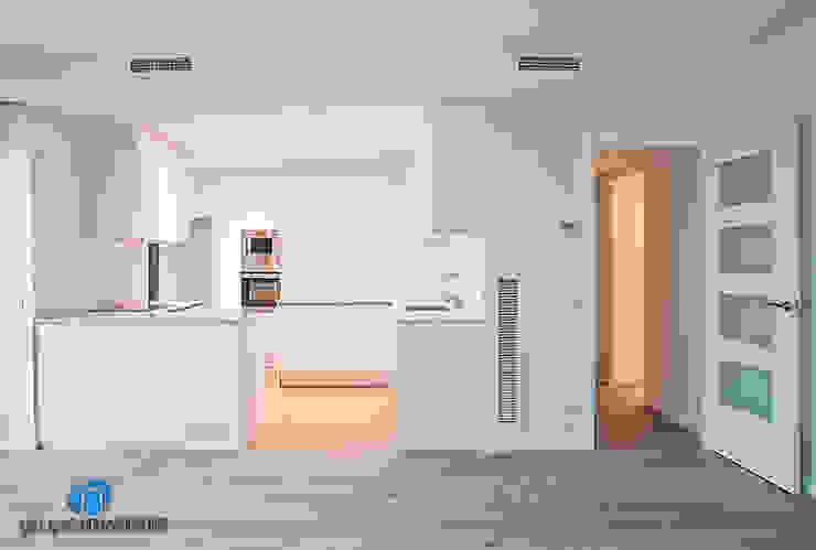 Reforma de cocina Cocinas de estilo moderno de Grupo Inventia Moderno Compuestos de madera y plástico