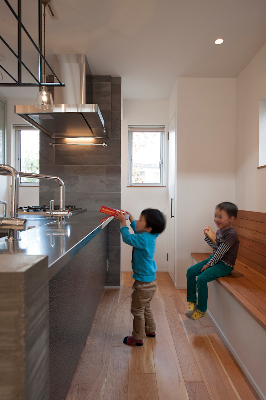 Hill-Top House (Renovation) モダンな キッチン の Sakurayama-Architect-Design モダン
