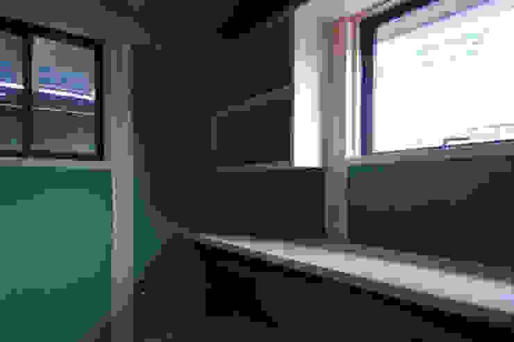 株式会社PLUS CASA Estudios y despachos de estilo ecléctico