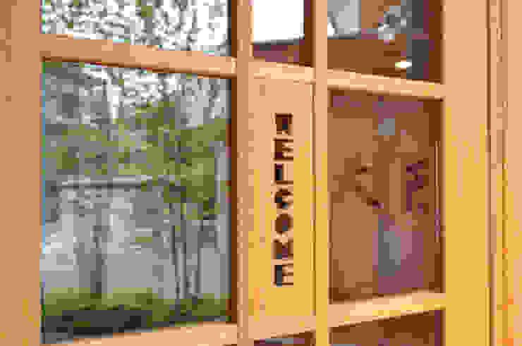 玄関片開きガラス戸の装飾 モダンな 窓&ドア の (株)独楽蔵 KOMAGURA モダン