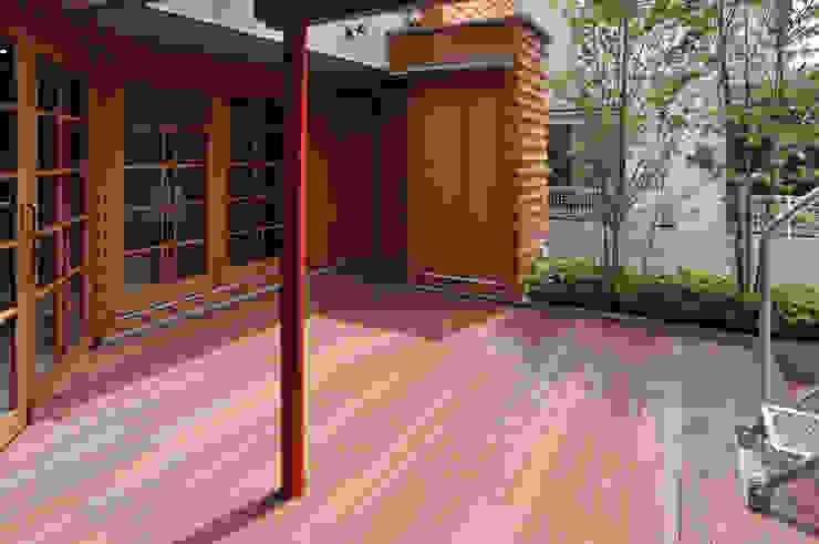 Balcon, Veranda & Terrasse modernes par (株)独楽蔵 KOMAGURA Moderne