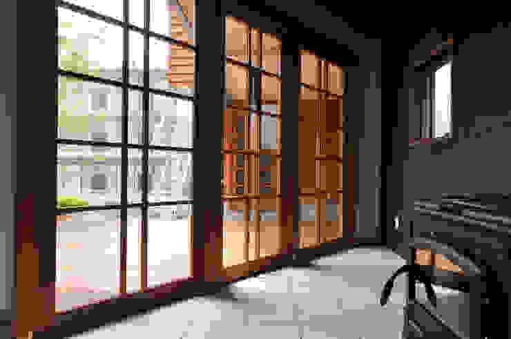 Couloir, entrée, escaliers modernes par (株)独楽蔵 KOMAGURA Moderne