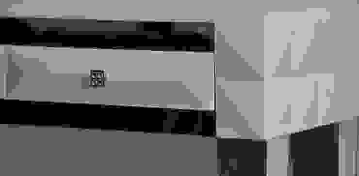 Komoda z lustrzanymi nogami od ACOCO DESIGN Nowoczesny