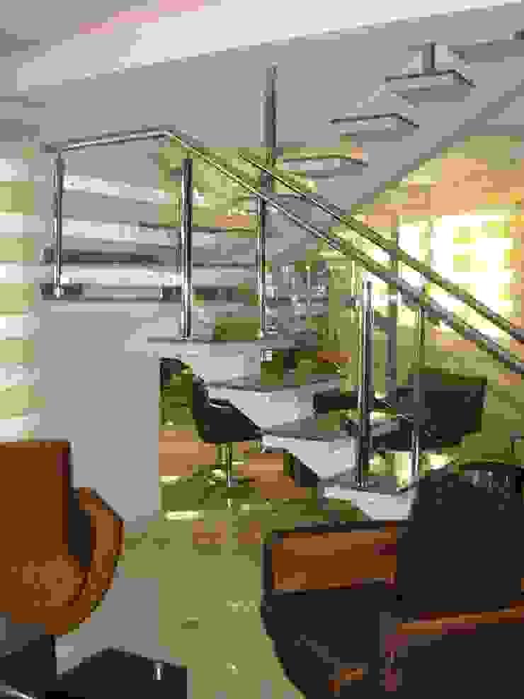 Escada cobertura duplex Corredores, halls e escadas clássicos por Penha Alba Arquitetura e Interiores Clássico