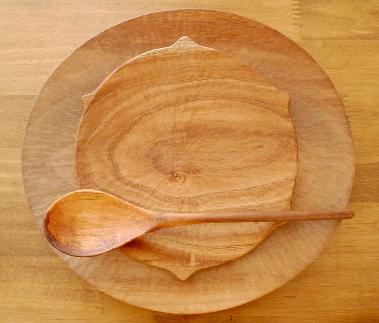 パン皿ととげとげのあるお皿:  みたけさいとう商店が手掛けたカントリーです。,カントリー
