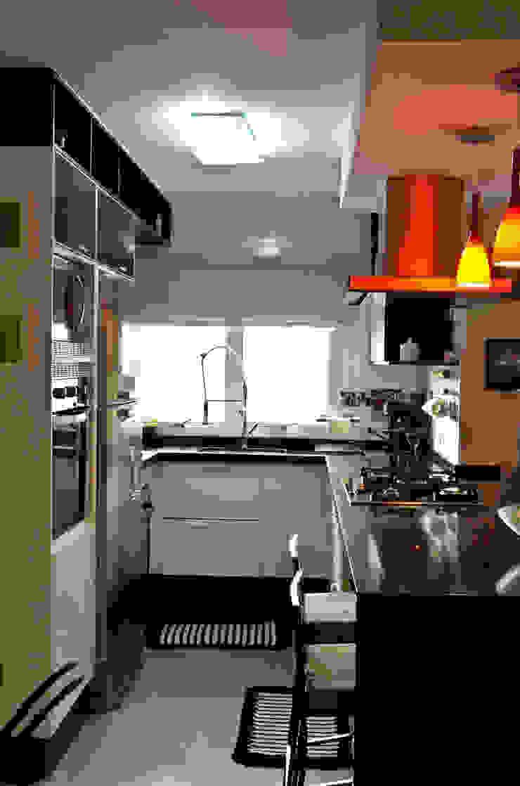Cozinha tipo americana integrada com jantar e TV Cozinhas clássicas por Sandra Pompermayer Arquitetura e Interiores Clássico