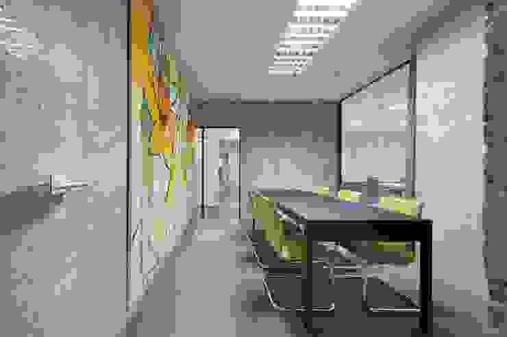 Studio in stile classico di Arquitectos Suarez Classico
