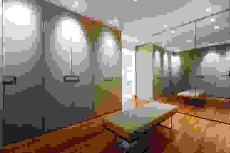 Closet Casal Closets por Régua Arquitetura Moderno