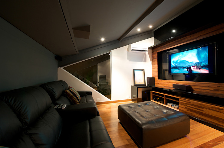 Home Theater: Salas multimídia  por Régua Arquitetura