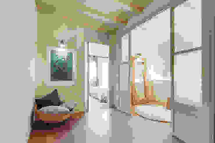 PISO NORD Pasillos, vestíbulos y escaleras de estilo mediterráneo de Lara Pujol | Interiorismo & Proyectos de diseño Mediterráneo