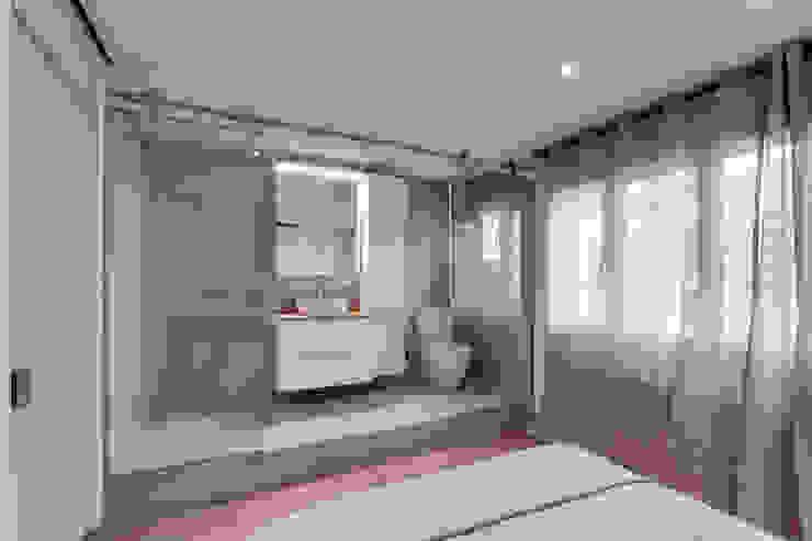 Mediterranean style bathroom by Lara Pujol | Interiorismo & Proyectos de diseño Mediterranean