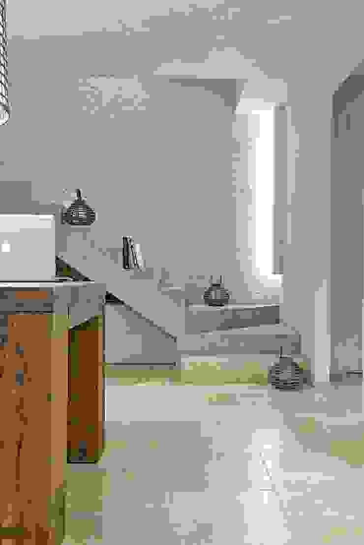 Opera s.r.l. Minimalistyczny korytarz, przedpokój i schody