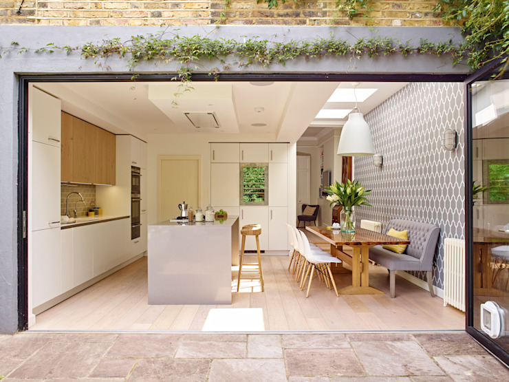 Kitchen, dining room and folding doors opening to garden Modern Mutfak Holloways of Ludlow Bespoke Kitchens & Cabinetry Modern Ahşap Ahşap rengi