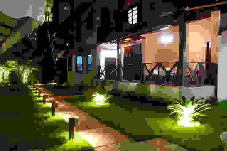 Jardines de estilo rural de L+A Arquitetura de iluminação Rural