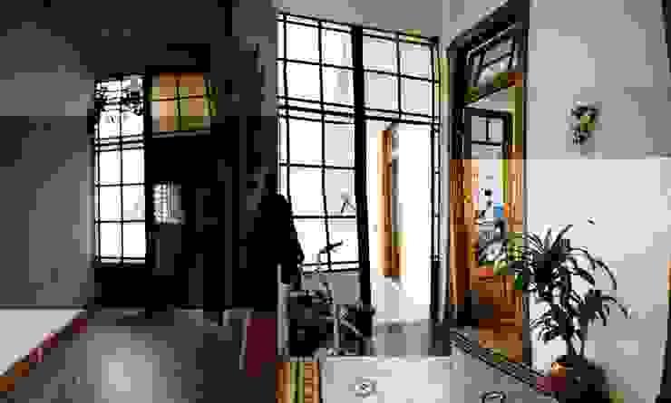 ANTES y DESPUES hall de entrada oscuro a hermoso hall Pasillos, vestíbulos y escaleras eclécticos de homify Ecléctico
