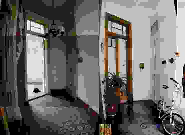 ANTES y DEPUES de hall de entrada Pasillos, vestíbulos y escaleras eclécticos de homify Ecléctico