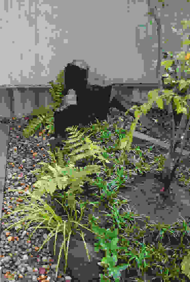 人工地盤上かつ30㎝幅の坪庭ー三鷹市井の頭の家- モダンな庭 の attic garden モダン 石